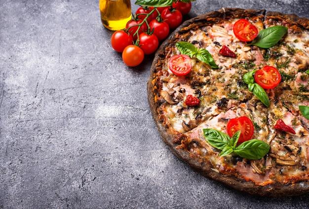 Pizza italiana na massa preta. comida na moda