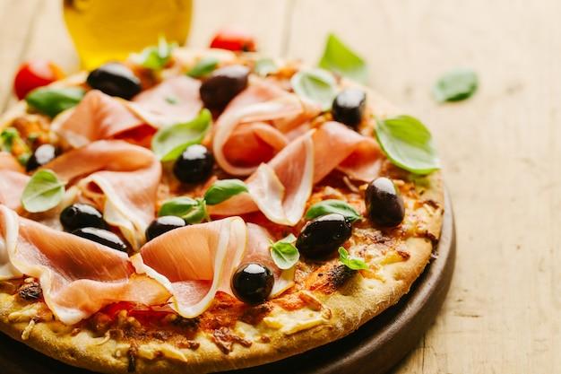 Pizza italiana na mesa de madeira