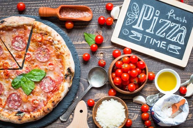 Pizza italiana quente em uma mesa de madeira rústica.