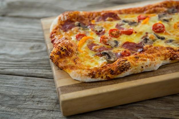Pizza italiana, servida em uma tábua
