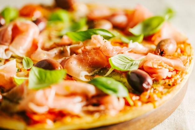 Pizza italiana tradicional na mesa