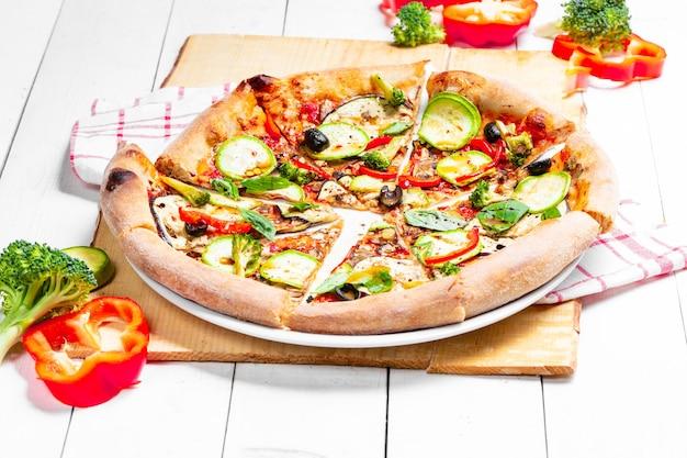Pizza italiana vegana fresca com vegetais frescos
