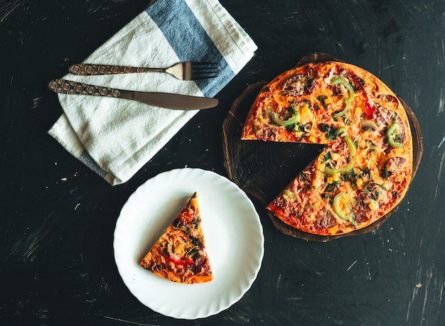 Pizza italiana vista superior plana leigos
