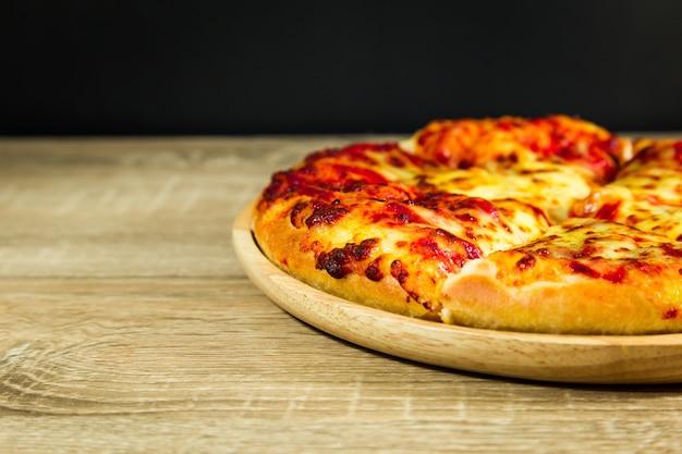 Pizza margarita com queijo mussarela.