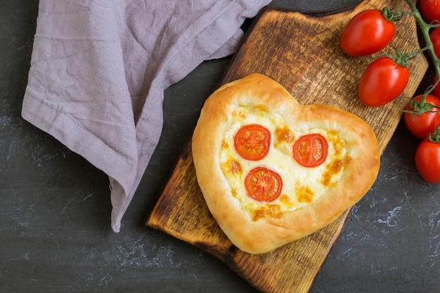 Pizza margarita em forma de coração para dia dos namorados.