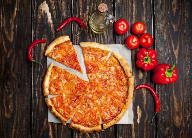 Pizza margarita em fundo madeira