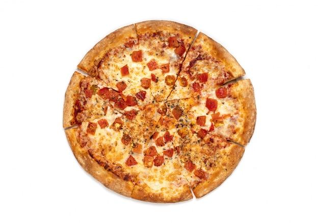 Pizza margarita isolada no fundo branco.