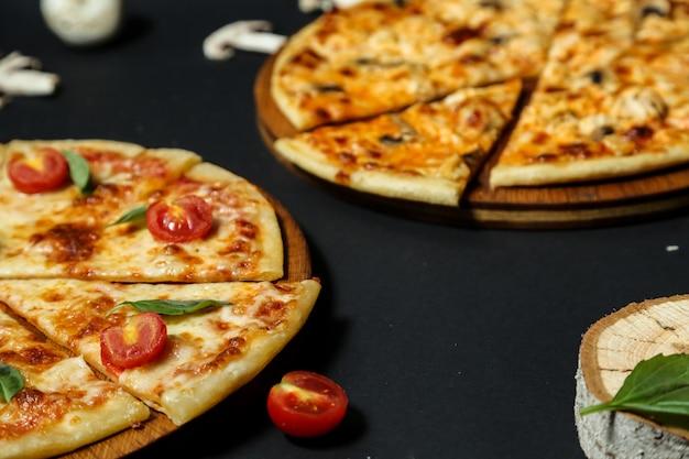 Pizza margarita na tábua de madeira