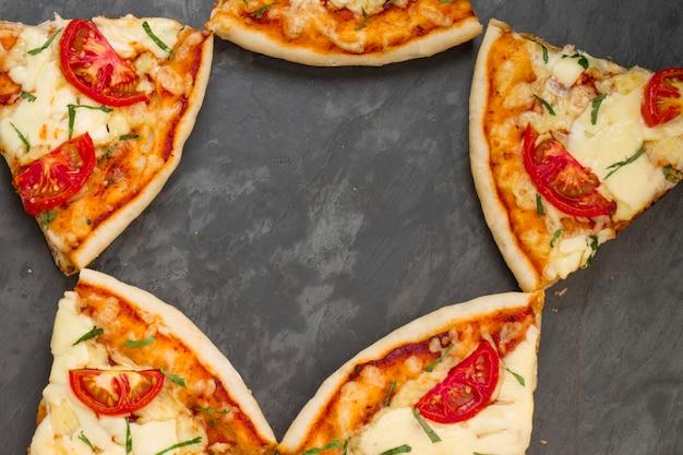 Pizza margerita caseira deliciosa pizza feita com folha de tomate e manjericão e queijo mussarela