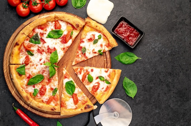 Pizza margherita em um fundo de pedra com espaço de cópia para seu texto