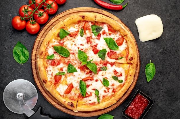 Pizza margherita em um fundo de pedra