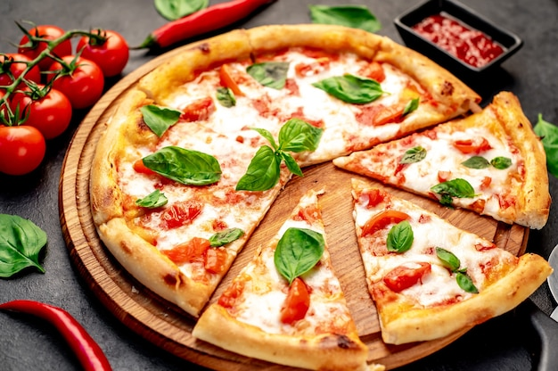 Pizza margherita em um fundo de pedra Foto Premium