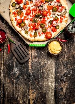 Pizza mexicana fresca na mesa de madeira