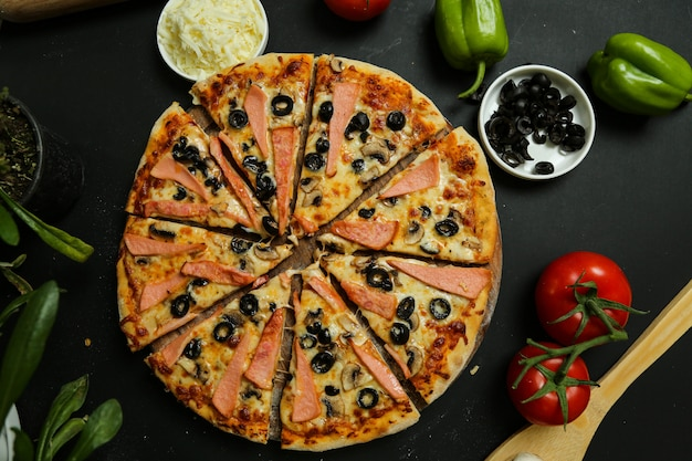 Pizza mista com azeitonas extras e linguiça
