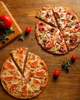 Pizza mista com linguiça e pizza com queijo e tomate