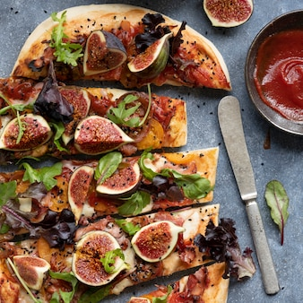 Pizza mussarela, figo e alface, fatias de comida, fotografia