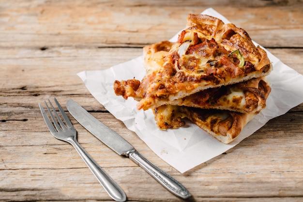 Pizza na caixa de papel na mesa de madeira