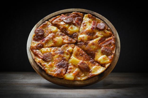 Pizza na chapa de madeira