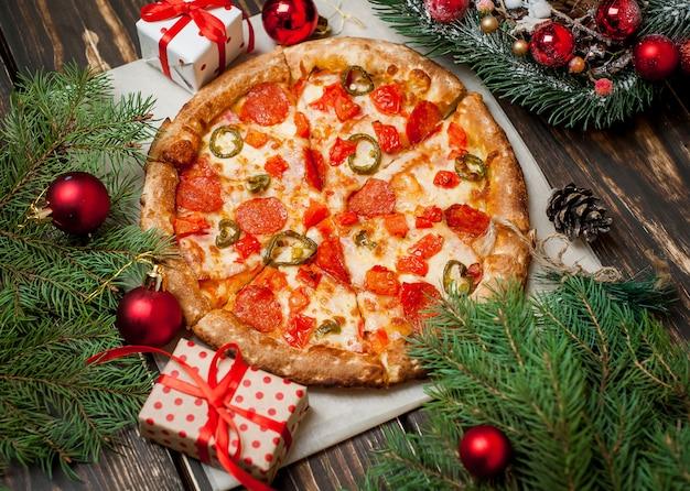 Pizza na mesa de madeira com ingredientes