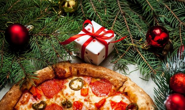 Pizza na mesa de madeira com ingredientes Foto Premium