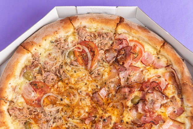 Pizza na mesa na cor roxa