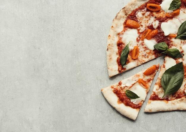 Pizza na superfície cinza