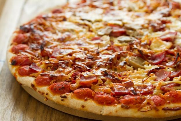 Pizza na superfície de madeira marrom