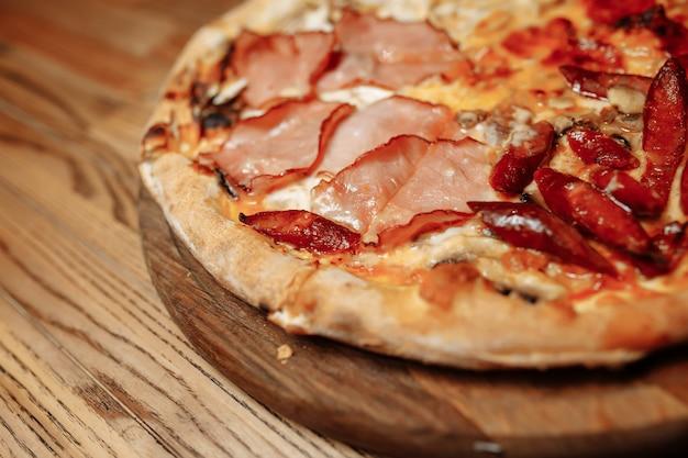 Pizza na vista superior da mesa de madeira. comida rápida. postar mídia social no blog.