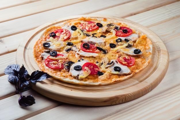 Pizza na vista superior de mesa de madeira