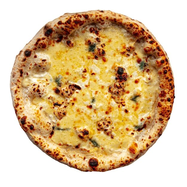 Pizza neopolitan de quatro queijos isolada no branco