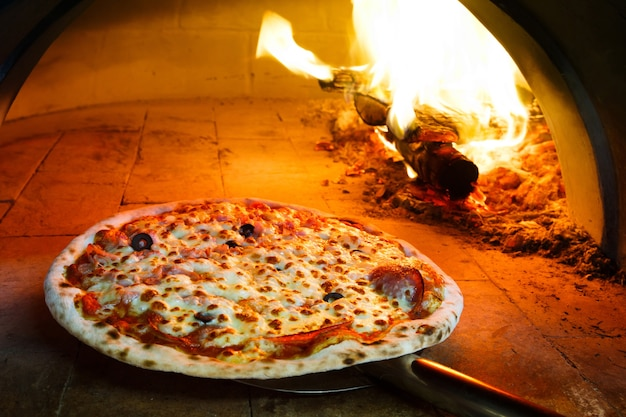 Pizza no forno de lenha