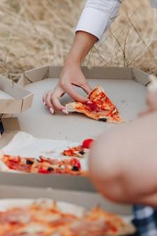 Pizza no gramado em caixas