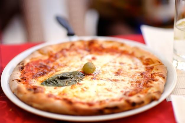 Pizza no prato no restaurante italiano