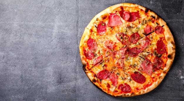 Pizza pepperoni salame bacon e hamon