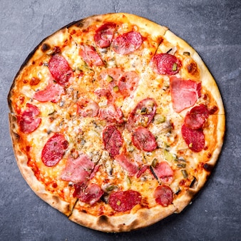 Pizza pepperoni salame bacon.
