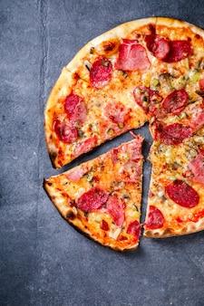 Pizza pepperoni salame bacon.