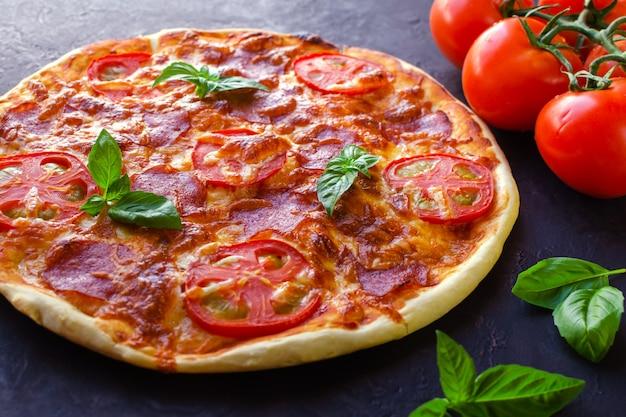 Pizza picante caseira com salsicha e tomate.