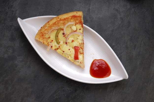 Pizza pizza com 3 camadas de queijo feita com pimentão vermelho verde e amarelo