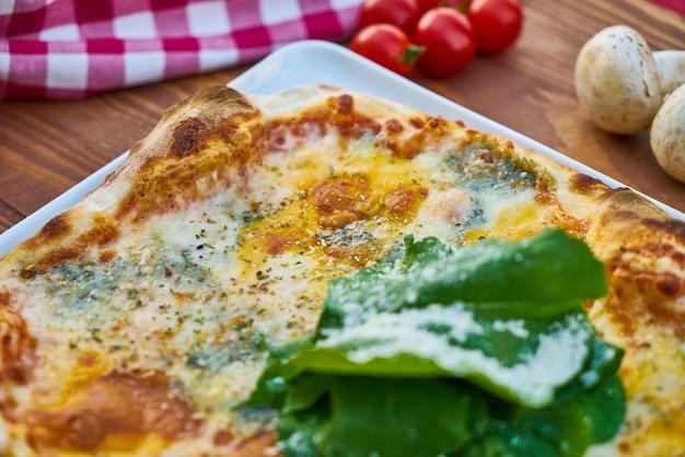 Pizza quadrada com tomate e cogumelo