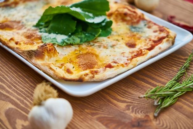 Pizza quadrada com tomate