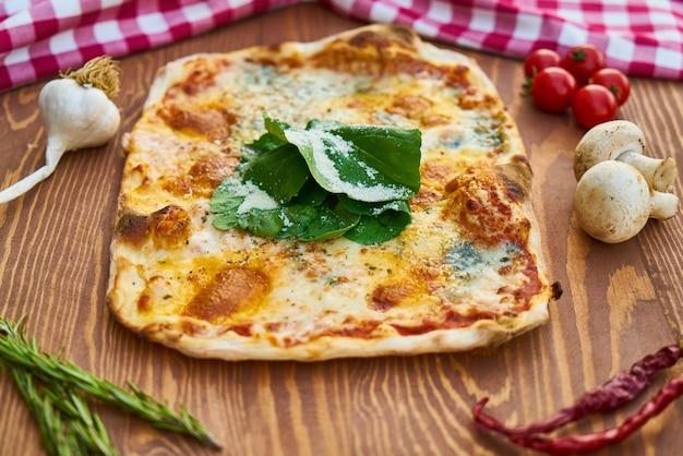 Pizza quadrada com vegetais coloridos
