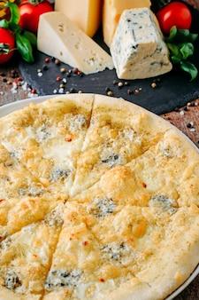 Pizza quatro queijo e ingredientes