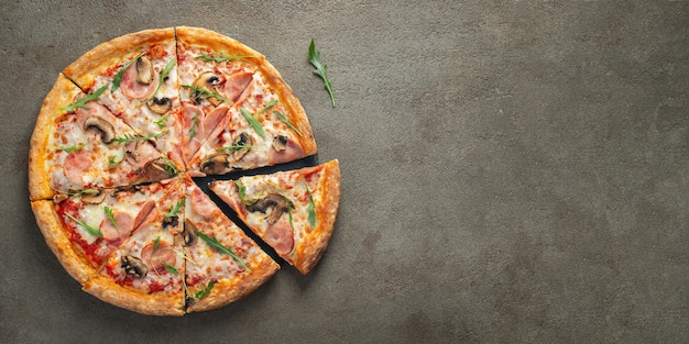 Pizza quente deliciosa em uma caixa com presunto.