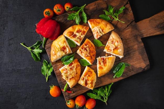 Pizza quente na bandeja de madeira para pizza