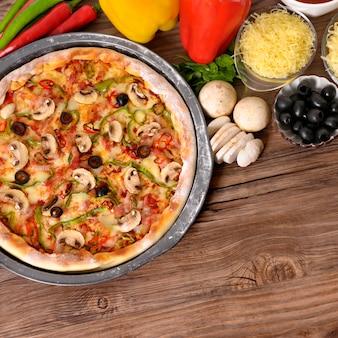 Pizza recém-assada com ingredientes e copyspace