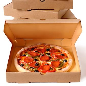 Pizza recém-assada com pilha de caixas de entrega