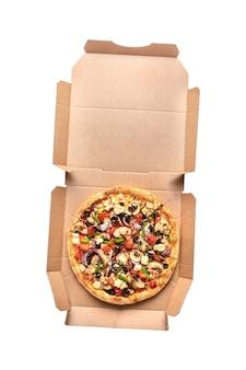 Pizza redonda inteira fresca com frango, carne, vegetais, cogumelos, queijo, em, uma, caixa de papelão, vista superior, isolada, branco