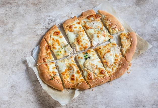 Pizza roma com frango branco ou peru e queijo pinsa pizza tradicional romana