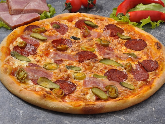 Pizza saborosa com bacon, salame, pickles e jalapeño