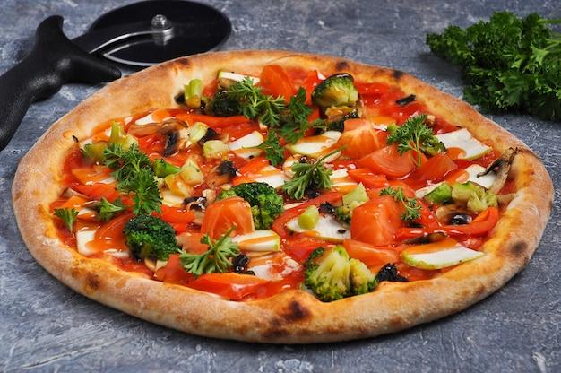 Pizza saborosa com brócolis, abobrinha, tomate e queijo mussarela